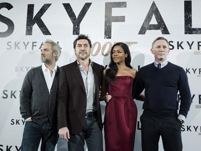 El director Sam Mendes y los actores Javier Bardem, Naomie Harris y Daniel Crag, durante el posado para los medios. EFE