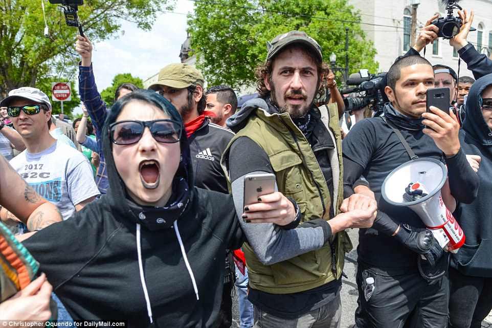 Cientos de contramanifestantes antifa (en la imagen) se presentaron para oponerse a la manifestación neonazi en honor al cumpleaños de Adolph Hitler