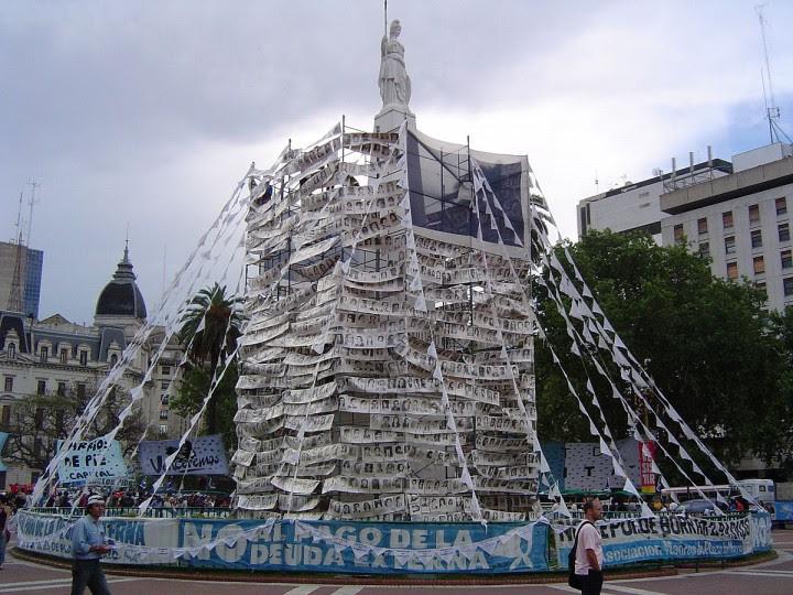 <p>Pirámide de laAsociación Madres de Plaza de Mayocon instantáneas de los desaparecidos durante la dictadura de Videla / WIKIPEDIA</p>