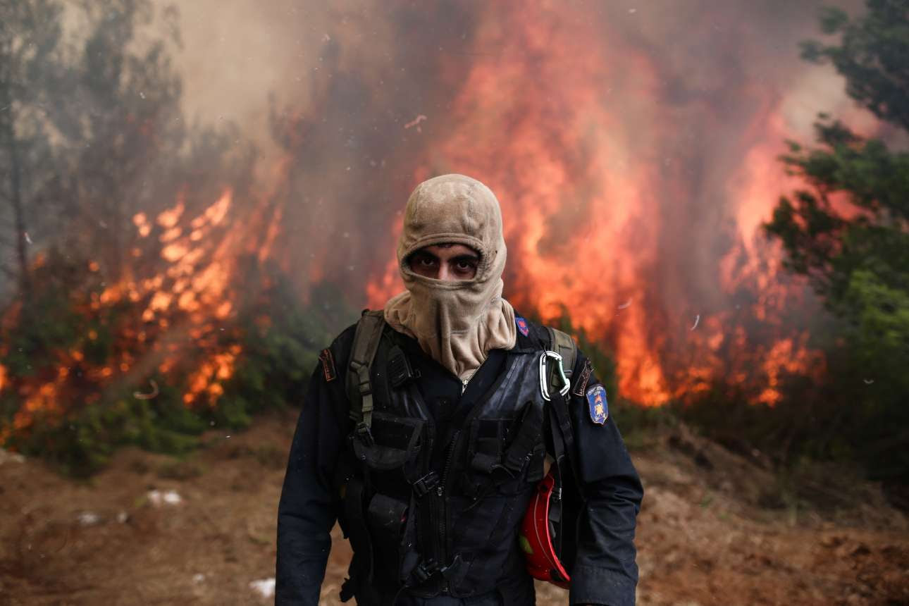 Οι άνθρωποι με τις μάσκες, αντιμέτωποι με τις φλόγες.