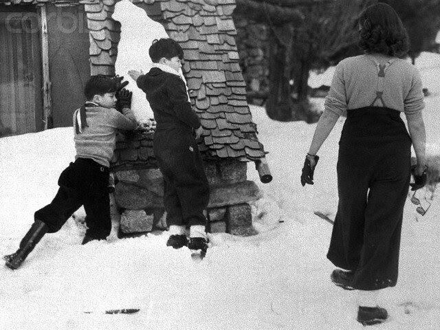 Paulette Goddard Playing With Charlie Chaplin's Children