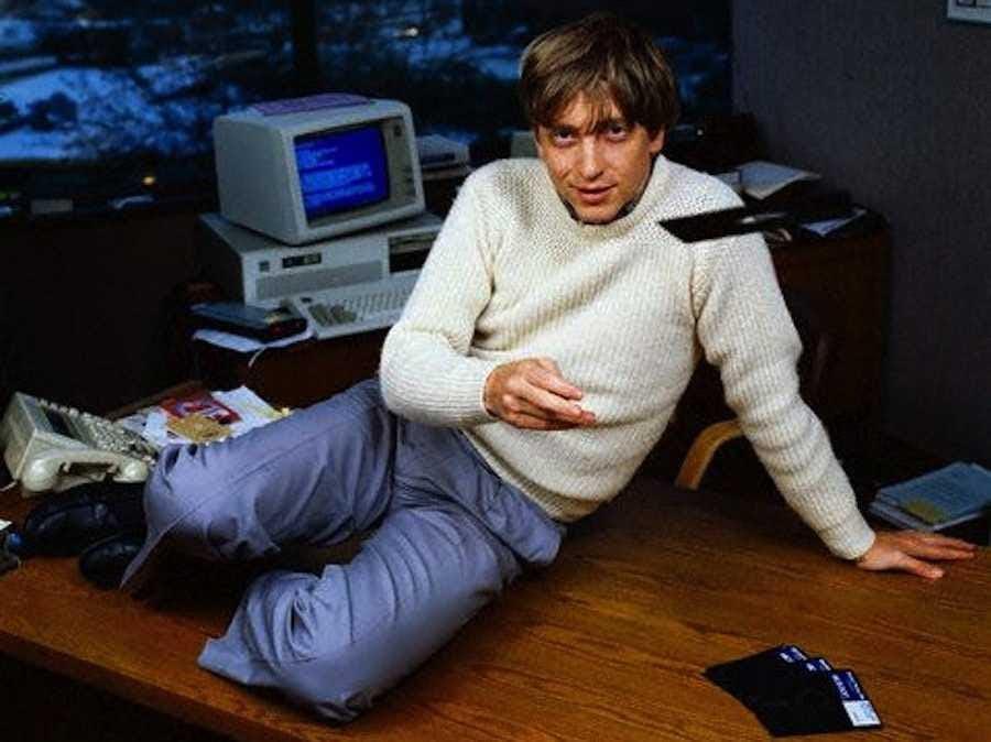 Microsoft phát hành Windows vào năm 1985 và đã đi công cộng vào năm 1986. Vào năm 1987, 31 tuổi, Gates là một tỷ phú.