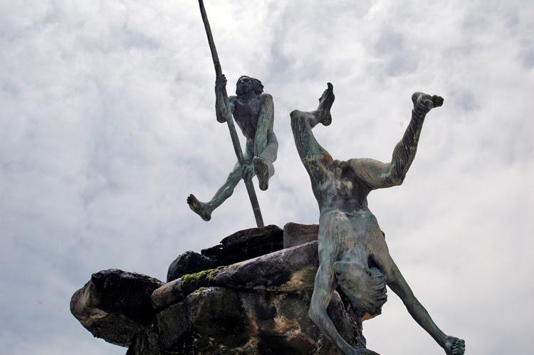 File:Escultura de Bentejuí y Tazarte saltando del roque de Ansite antes de ser apresados por los conquistadores..jpg
