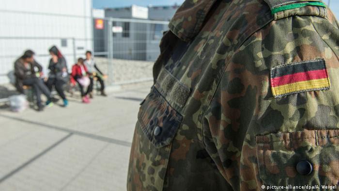 Солдат бундесвера у группы беженцев