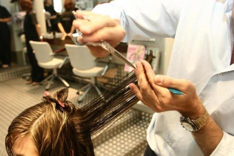 Los peluqueros pueden detectar lesiones sospechosas en el cuero cabelludo.   Diego Sinova