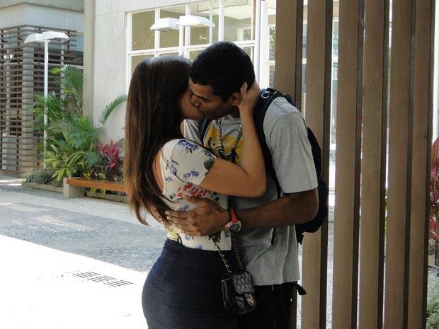 Raíssa parte para cima de Maicon e dá um beijão no goleiro