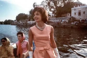 Jackie Kennedy en India con un diseño de Oleg Cassini.
