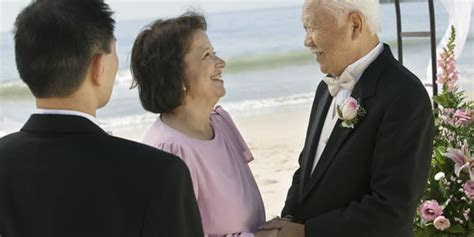 How to Organize a 50th Wedding Anniversary Vow Renewal