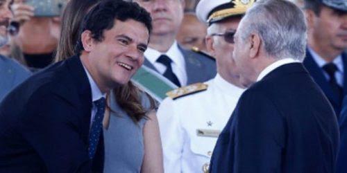 Sergio Moro sorri para Temer, que poderá ser julgado por ele se perder a presidência