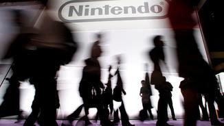 Ombres de gent caminant davant del logotip de Nintendo