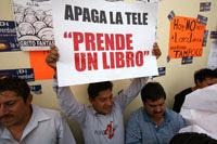 Una protesta de ciudadanos en Televisa. Foto: Marco A. Cruz