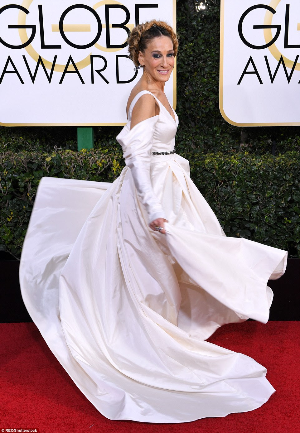 Now that's a dress! Sarah Jessica Parker had a Carrie Bradshaw moment as she twirled in her white Vera Wang gown on the red carpet for the Golden Globes on Sunday