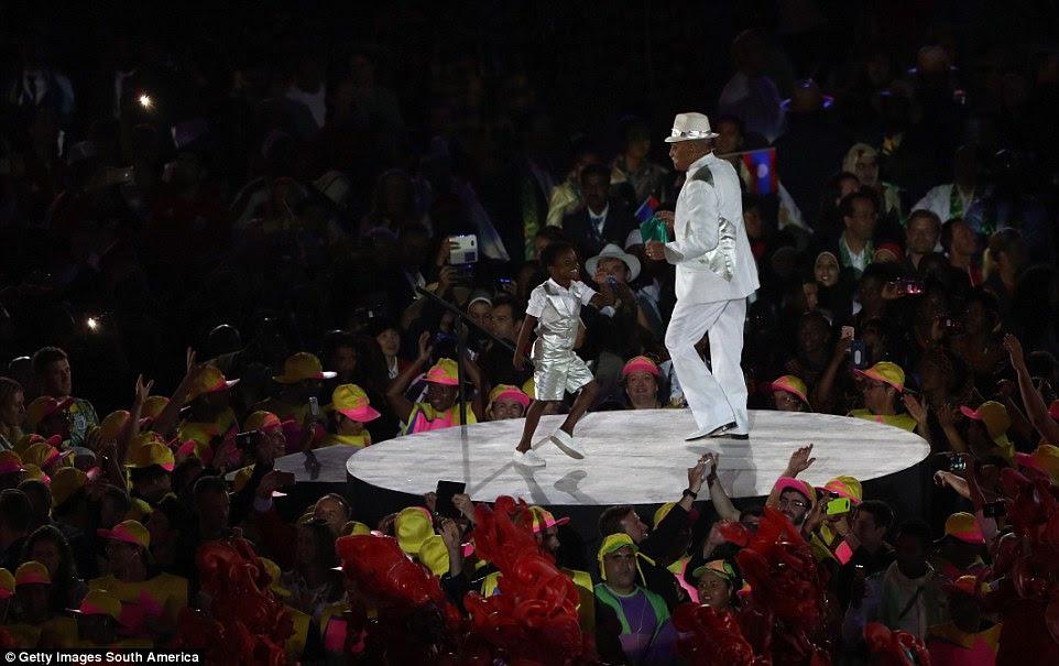 Os dançarinos executam durante a cerimônia de abertura dos Jogos Olímpicos Rio 2016 no estádio do Maracanã