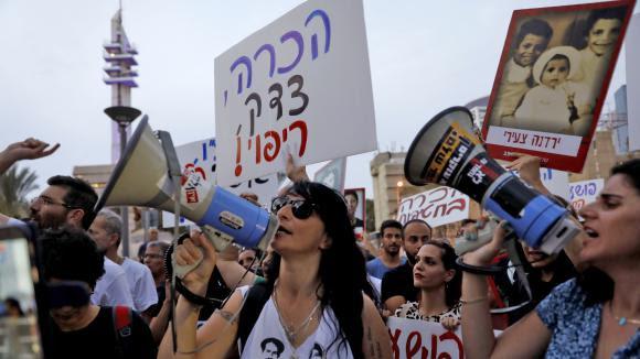 """Des manifestantsréclament la vérité au sujet des \""""bébés volés\"""" dans les années 50, à Tel Aviv (Israël), le 25 septembre 2017."""