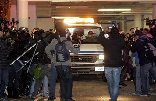 O corpo de Whitney  Houston é removido do Beverly Hilton Hotel domingo 12 de fevereiro de 2012 em Beverly Hills na Califórnia (Foto: AP)