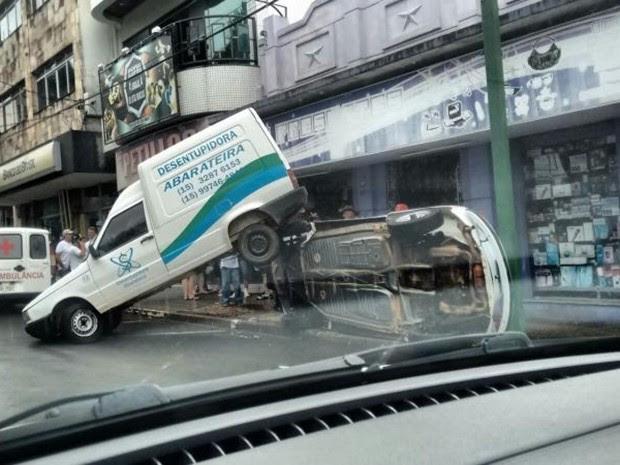 Adolescente bateu em carro estacionado antes de tombar (Foto: Arquivo Pessoal/Márcio Garpelli)