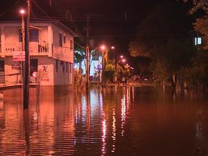 Chuva provocou alagamento em São Sebastião do Caí (Foto: Reprodução/RBS TV)