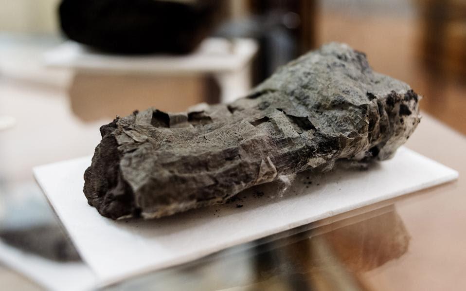 Με λαχτάρα κοιτούν οι ακαδημαϊκοί τους σχεδόν αποτεφρωμένους από την έκρηξη του Βεζούβιου παπύρους που βρέθηκαν στην πόλη του Ηρακλείου στη Νότια Ιταλία, καθώς μπορεί στο εσωτερικό τους να βρίσκονται χαμένα αρχαιοελληνικά και λατινικά έργα.
