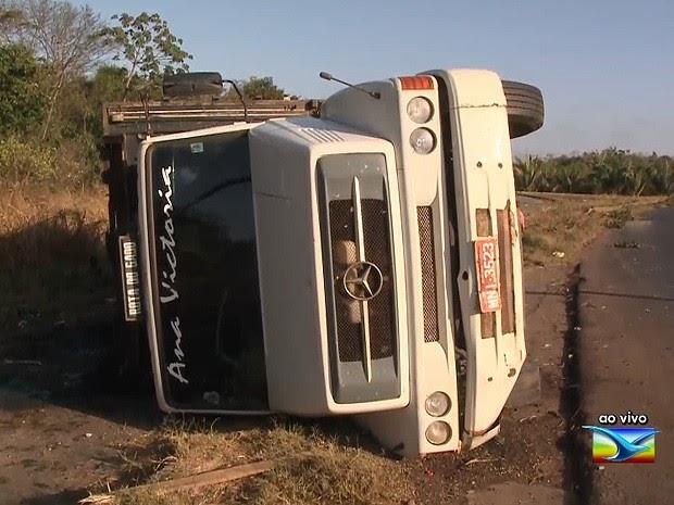MARANHÃO: Caminhão tomba às margens da BR-135