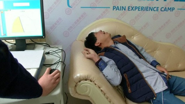 Simulador usa uma corrente elétrica para estimular a pele dos homens e reproduzir em parte o que mulheres sentem antes de dar à luz na China (Foto: Reuters)