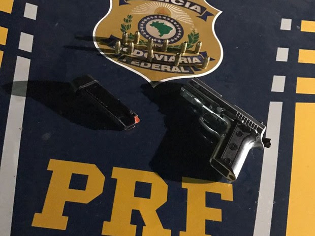 Armas e munições foram encontradas com os suspeitos  (Foto: Divulgação/PRF)