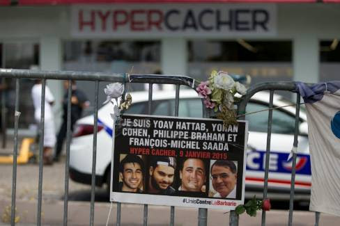 Une affiche rendant hommage aux victimes de l'Hyper Cacher, à Paris, le 26 juin 2015 - KENZO TRIBOUILLARD/AFP