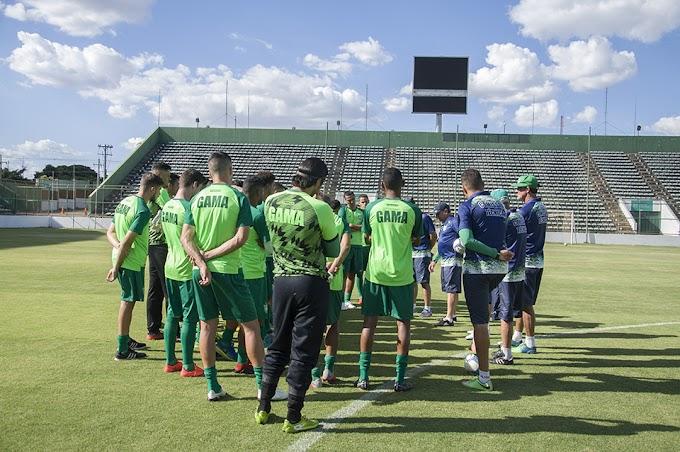 Vida dos sonhos? mais de 80% dos jogadores de futebol no Brasil ganham menos de mil reais por mês