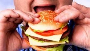 Homem-comendo-hambúrguer