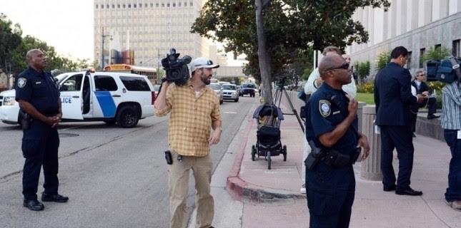 La police bloque la rue pour laisser sortir le producteur présumé du film anti-islam. (AFP PHOTO / ROBYN BECK )