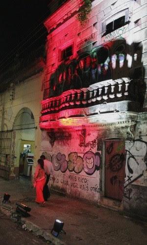 Casarões hitóricos abandonados ganharam, por algumas horas, vida nova, com iluminação cênica, em Manaus (Foto: Marcos Dantas/G1 AM)