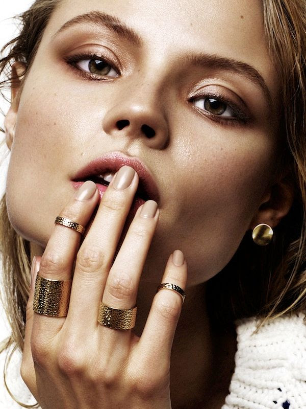 Le Fashion Blog Magdalena Frackowiak Jewelry Bronzer Shimmery Makeup Summer Beauty Nude Nails Midi Ring Set Stud Earrings photo Le-Fashion-Blog-Magdalena-Frackowiak-Jewelry-Bronzer-Shimmery-Makeup-Summer-Beauty-Nude-Nails-Midi-Ring-Set-Stud-Earrings.jpg