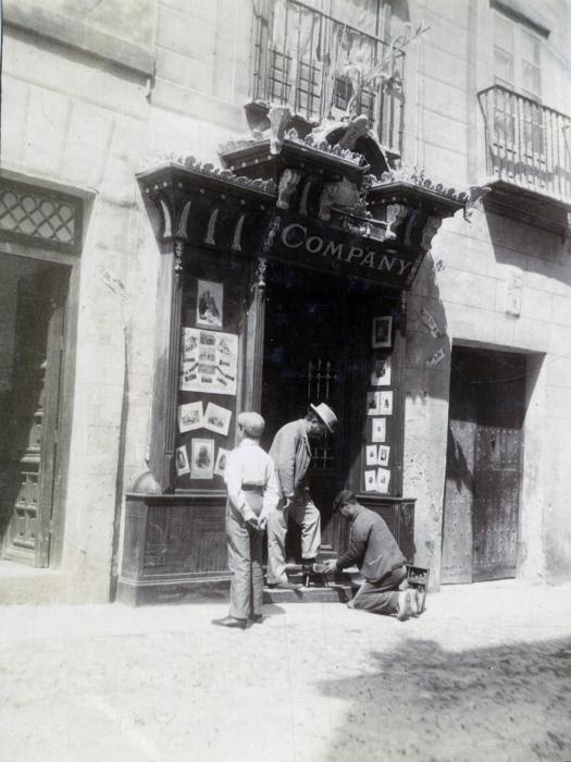 Estudio fotográfico de Compañy en la Cuesta del Águila en junio de 1905. Fotógrafo anónimo. Colección Luis Alba. Ayuntamiento de Toledo