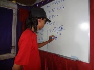 Ágil com o pincel atômico, o estudante faz cálculos e demonstrações matemáticas. (Foto: Luana Laboissiere/G1)