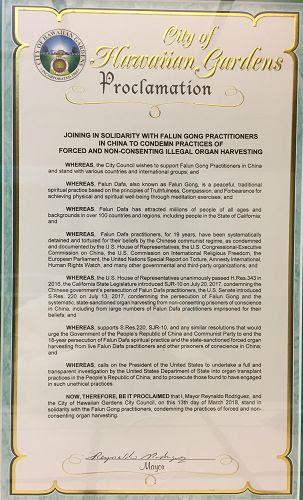 圖2:洛杉磯縣夏威夷花園市(Hawaiian Gardens)市議會成員全體通過了一個支持法輪功、譴責中共強摘器官罪行的宣言。
