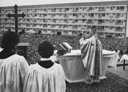 El cardenal Wojtyla celebra misa al aire libre en Nowa Huta, tras consagrar la nueva iglesia