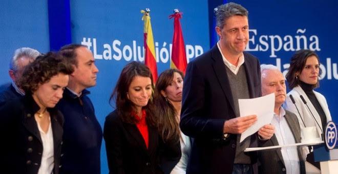 El cabeza de lista del PPC en las elecciones del 21D, Xavier García Albiol (3ºd), al final de su intervención para valorar los resultados electorales de su formación en las elecciones catalanas del 21D, junto a la ministra de Sanidad, Dolors Montserrat (i