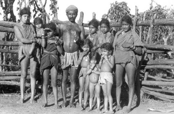 Um gouli com as duas mulheres e a sua prole, Goa, 1955