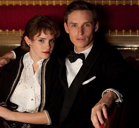 Em caráter: Emma Watson posando com Eddie Redmayne, que deixou Eton College há dez anos para estudar arte na Universidade de Cambridge antes de começar a atuar