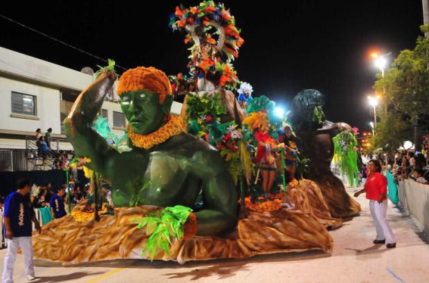 Quebras em carros alegóricos provocam atraso na última noite do Carnaval em Uruguaiana  Genaro Joner/