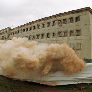 Momento da implosão do pavilhão 8 da Casa de Detenção do Carandiru, em São Paulo (SP)