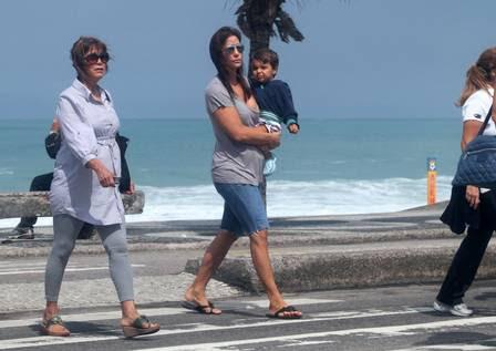 Ivete Sangalo passeia com o filho Marcelo em São Conrado