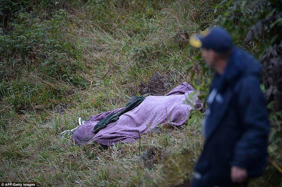 Um socorrista passa por o corpo de uma vítima do acidente companhias aéreas Lamia charter avião nas montanhas de Cerro Gordo