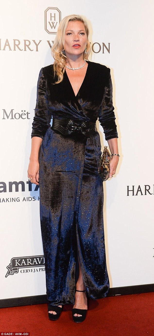 Presença de estrela: Kate Moss, 43, foi uma visão de graça e classe na Gala amFAR de São Paulo no Brasil quinta-feira