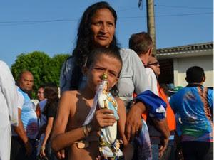 Silvia levou o filho pela primeira vez ao Círio para agradecer recuperação da saúde dele. (Foto: Andressa Azevedo/G1)