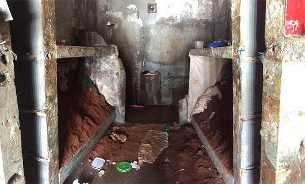 Terra retirada durante a escavação do túnel estava sendo armazenada sobre os beliches da cela 2 do pavilhão A (Foto: GOE)