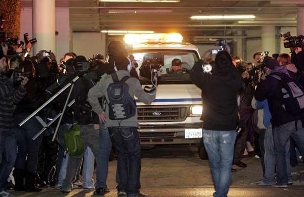 Carro com o corpo de Whitney Houston deixa hotel na madrugada deste domingo (12) em Los Angeles (Foto: AP)