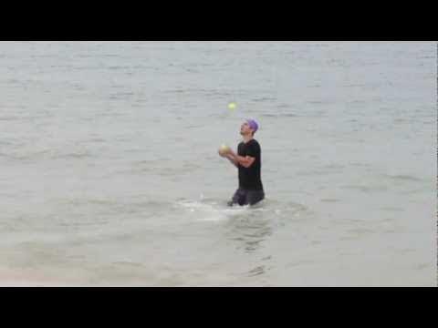 video que muestra a un hombre en un Triathlon haciendo Malabares