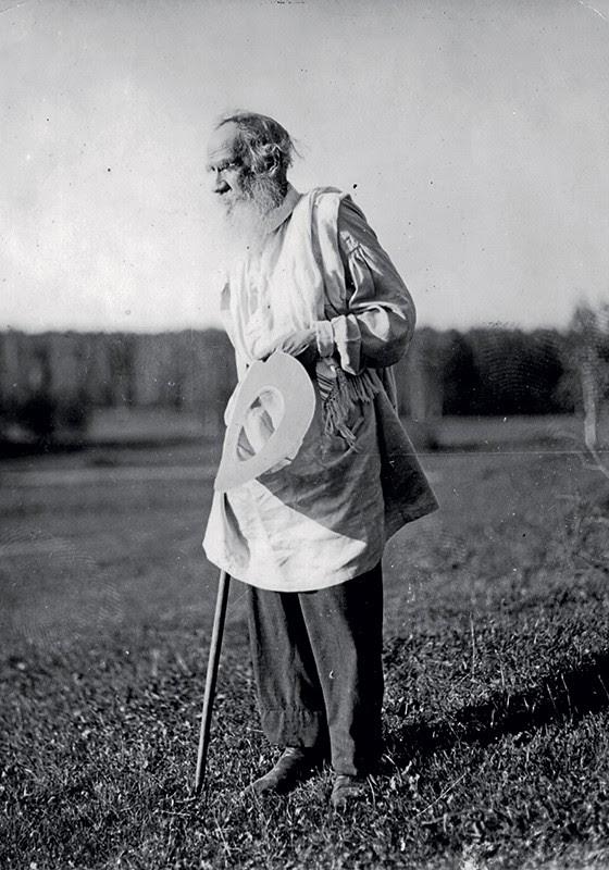 FILÓSOFO O escritor russo Liev Nikoláievitch Tolstói passeia por sua propriedade rural, para onde acorriam milhares de peregrinos em busca de sabedoria (Foto: Hulton Archive/Getty Images)