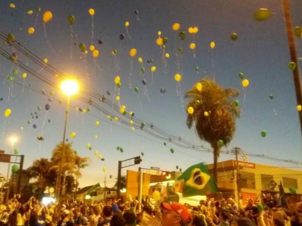 Protesto em Campo Grande foi encerrado com balões verde e amarelo no céu (Foto: Ronie Cruz/G1 MS)
