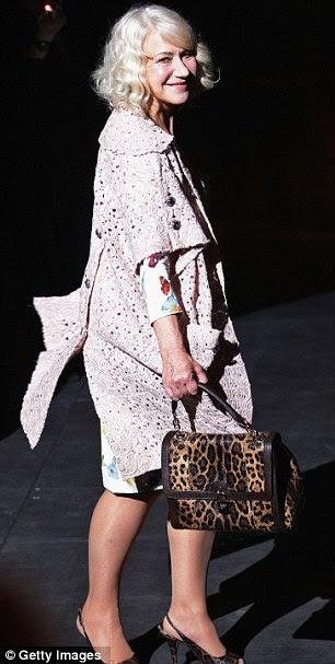 Pronto para o verão: Dame Helen usou um vestido de estampa floral branca e casaco de lavanda para o show